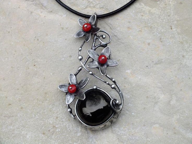 Čertovské+kytičky+-+gagát,korál+Čertovské+kytičky+-+gagát,korál+Autorský+náhrdelník+-+vyroben+z+cínu+se+stříbrem, drátu,+gagátu+a+korálků+z+korálu. Velikost+šperku+je+7,1x3,8cm+(měřeno+v+nejširším+místě),+zavěšeno+na+černé+kulaté+kůži.+Šperk+je+patinován,broušen,leštěn+a+ošetřen+antioxidačním+olejem.+GAGÁT+Gagát,+zvaný+též+černý+jantar,+je...