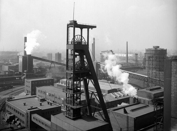 Schwarzweiß-Fotografie der Zeche Consolidation der Essener Steinkohle-Bergwerke AG.