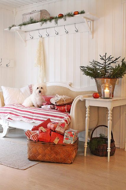 VIBEKE DESIGN: En jul i rødt !      I love the way she decorates. So simple and easy, beautiful  !