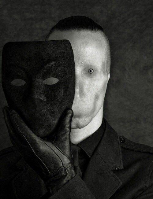 Creepy.. bijna geen ogen.. een masker die het verborg.. terwijl onder de masker nog enger is En dit is IETS wat je juist niet verwacht.. het onverwachtse ga ik zeker in mijn short gebruiken. Vooral op het eind. jaar: maker: titel: