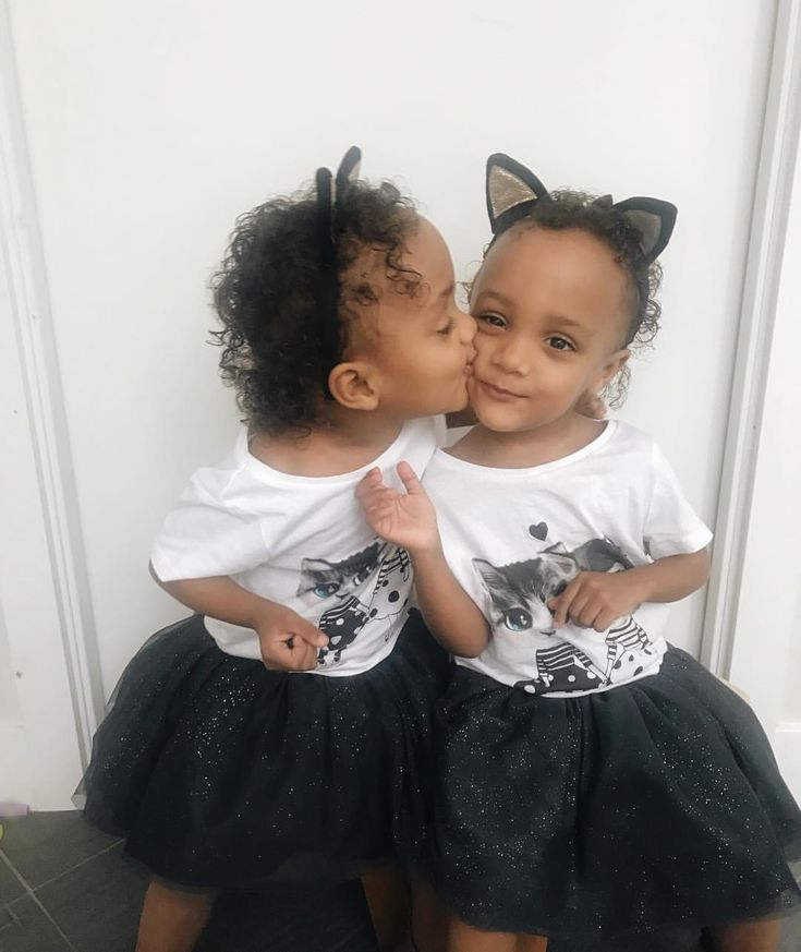 Sister kisses!