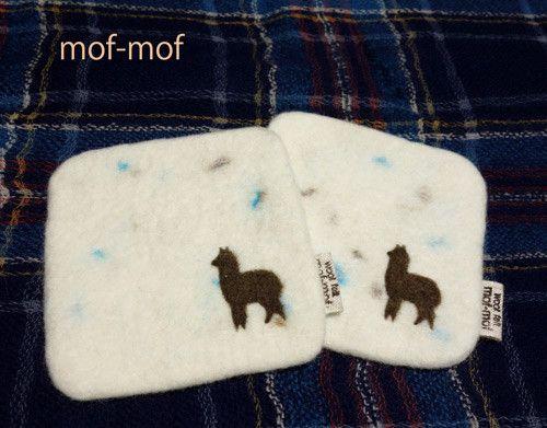 アルパカのシルエットを刺繍した羊毛フェルトのコースターです。 一面に雪が積もった牧場をイメージして作りました。 白い羊毛にブルーと茶色2色のネップ(斑点模様)...|ハンドメイド、手作り、手仕事品の通販・販売・購入ならCreema。