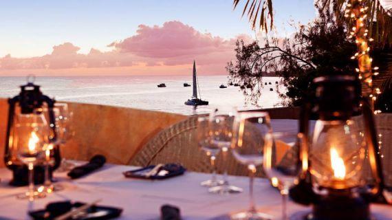 Che cerchiate spiagge di sabbia fine, surf ai massimi livelli, lusso raffinato o un'atmosfera di festa, in continua accelerazione, Barbados vi offre questo e molto altro! È l'isola più orientale delle Piccole Antille e, proprio grazie alla sua posizione, gode del favore dei due oceani – il Mar Caraibico nella sua parte occidentale e l'oceano Atlantico nella sua estremità orientale. Visita la pagina per tutte le proposte!