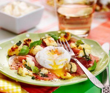 Recept: Pocherat ägg med råstekt blomkål och serrano