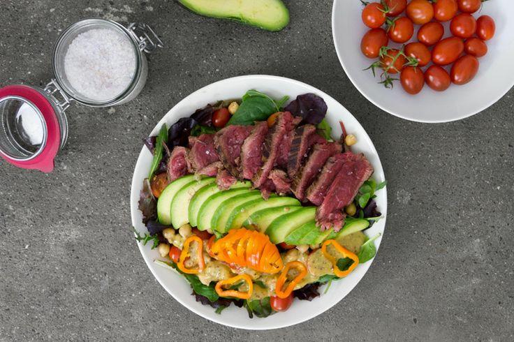 Filetto di manzo in insalata di pomodori,ceci ed avocado