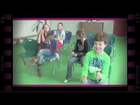 In de ruimte staan stoelen opgesteld zoals in een bus. Eén van de leerlingen zit voorin de bus als chauffeur. Om de beurt komt een leerling ...