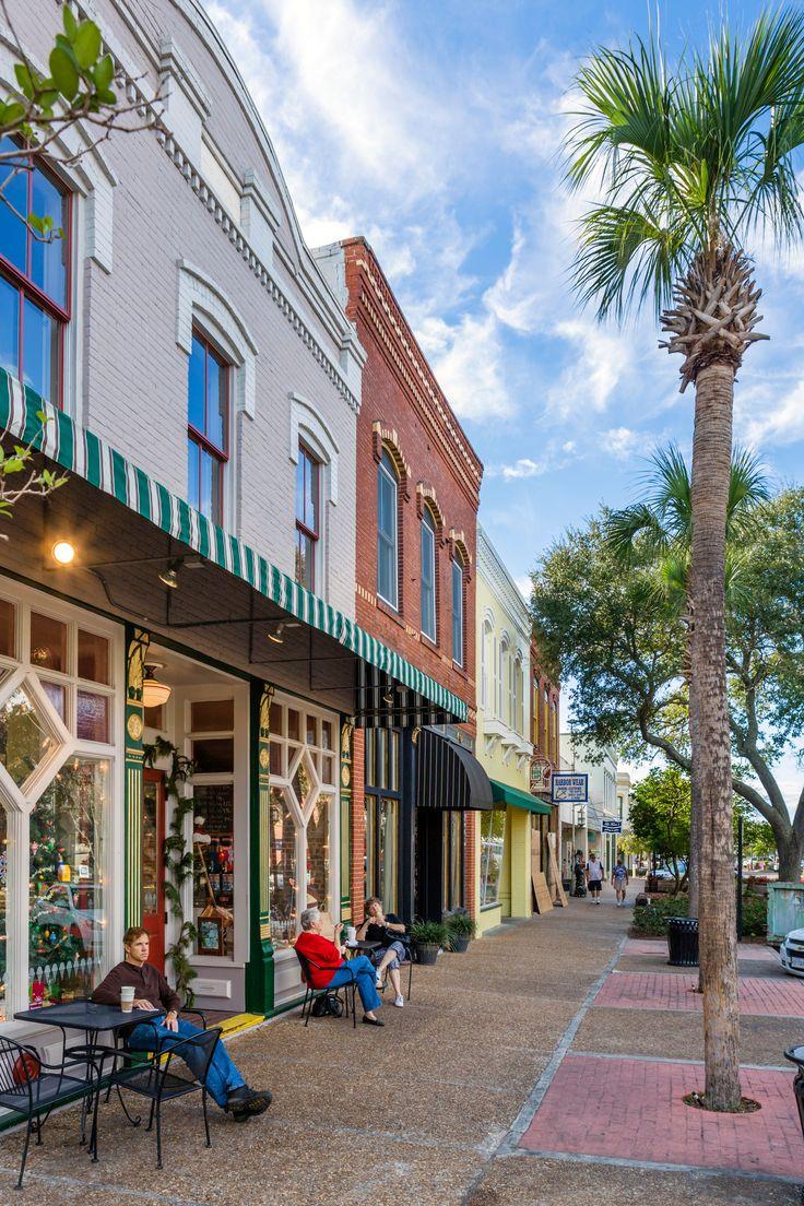 D187HH Cafe on Centre Street (the Main Street) in downtown Fernandina Beach, Amelia Island, Florida, USA