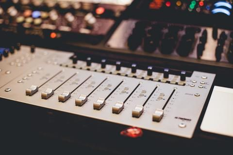 Sound Oracle Blog Post - The Ultimate Home Recording Studio Equipment List (2)