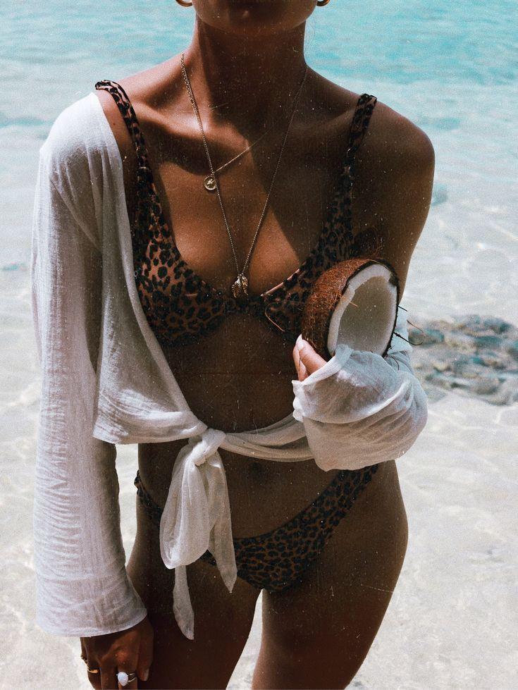Bikini mit Leopardenmuster, gebundenem Pullover und frischer Kokosnuss   – Bikin…