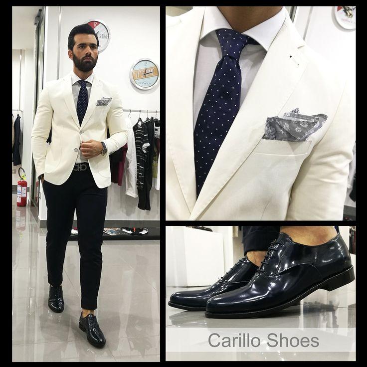 Gli italiani sono appassionati per definizione e quando si tratta di lifestyle, amano sperimentare e osare. Quello che per alcuni è il frutto di un casuale abbinamento, nello stile italiano è un'arte ed ha un nome: l'abito spezzato. Giacca in lino bianca (BESPOKE) Pantalone tasca america (BERWICH) Scarpe stringate blu(Carillo shoes)  Camicia bianca (Carillo Camicie) Cravatta pois blu (Eredi Chiarini)