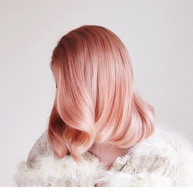 La tendance cheveux rose gold