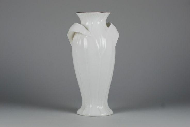 Secesyjny wazon z serii limitowanej. Wykonany z angielskiej porcelany w kolorze ecru. Wzór z 1900 roku.Przed złożeniem zamówienia na wazon prosimy o wcześniejszy kontakt ze sklepem internetowym pod adresem e-mail biuro@cmielow.com.pl lub...