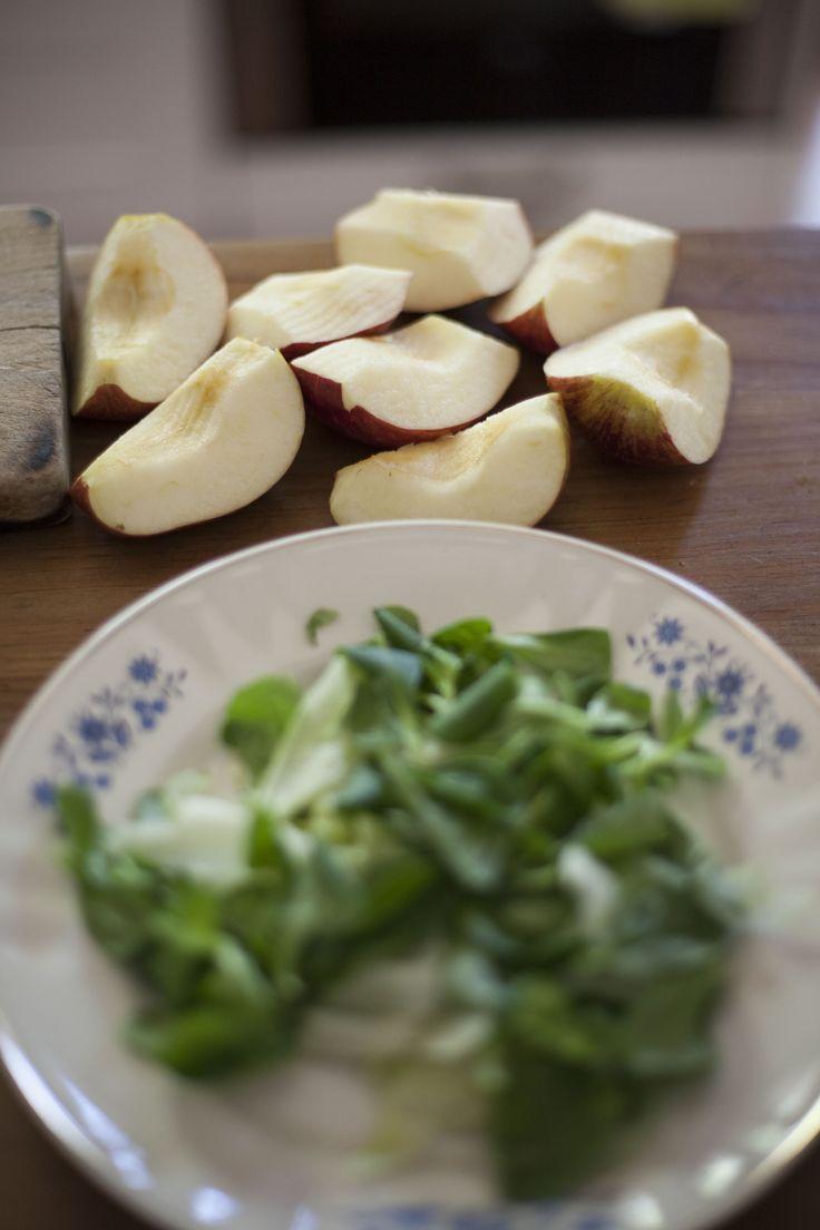 Ingredientes ensalada: 3 diferentes tipos de lechugas Un puñado de hojas de albahaca 2 manzanas rojas 100 g Queso manchego