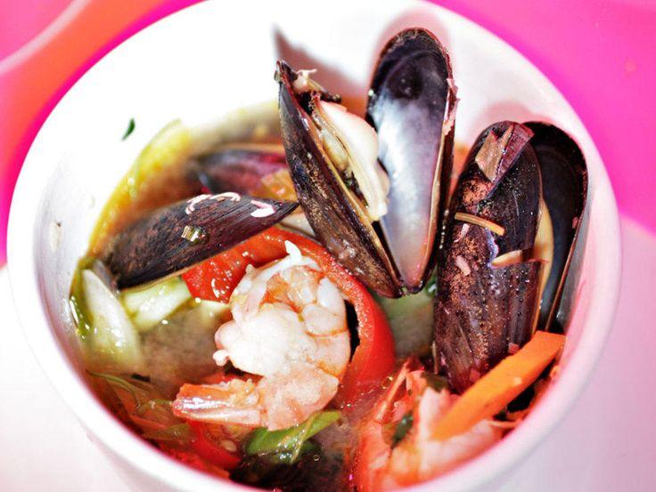Finnes det noe mer varmende og rensende enn en skikkelig het og smaksrik thaisuppe? Du kan selvfølgelig improvisere litt angående ingredienser – og mens vi har laget en skalldyrsuppe, kan du alltids velge fisk, vegetar eller kylling som hovedingrediens. Kilde: Adresseavisen