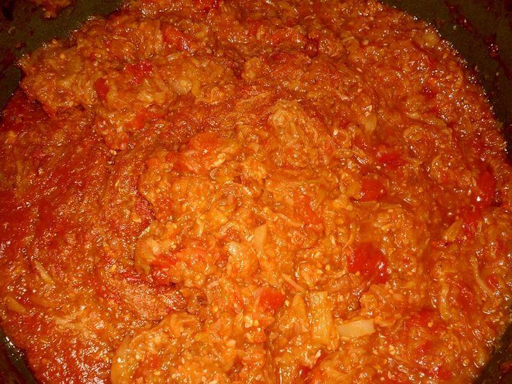 Suroviny nakrájíme na malé kousky a s kořením a olejem dáme do hrnku pozvolna vařit hodinu.Horké plníme hned do sklenic. Hodí se k mletému masu...