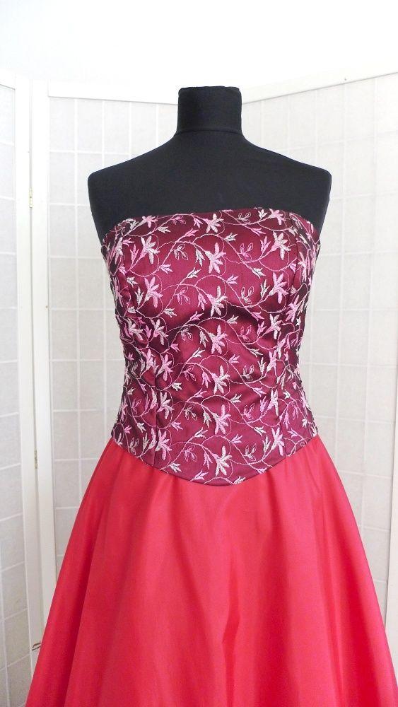 Plesové šaty Korzet z vyšívaného tylu podložený saténem a tmavěčervená taftová půlkolová sukně. Na zadním dílu šněrování a skrytý zip. Na podšívce sukně je tylový volán. Velikost 38, díky šněrování je možná i větší.