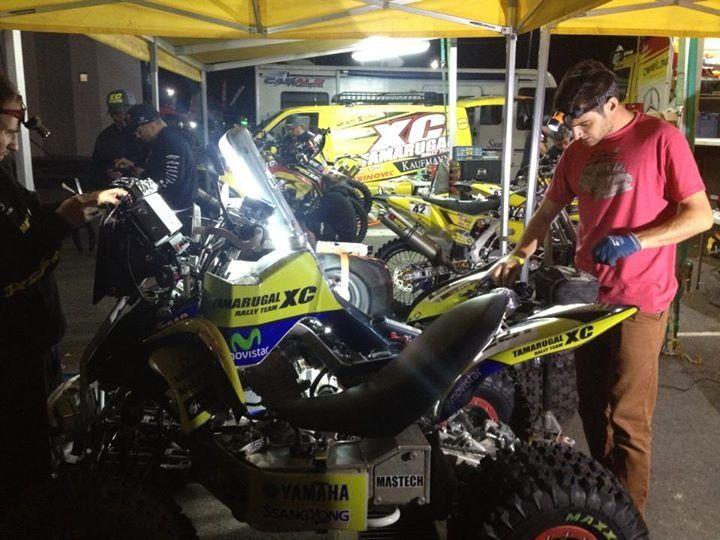Ignacio preparando cada detalle de su moto. para enfrentar el desafío del Dakar 2014.