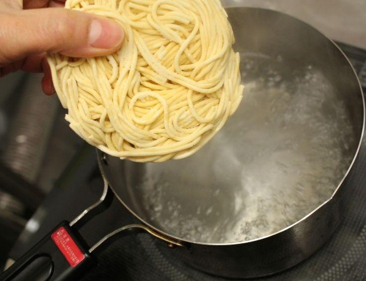 パスタはゆで時間が長いので、急いでいる時や忙しい時には作らないという方も多いのではないでしょうか。でも実は、たった1分でパスタを作る裏技があるんです! ポイントは「水漬け&冷凍」。そんな超時短調理のための裏技を、レシピとともにご紹介します。