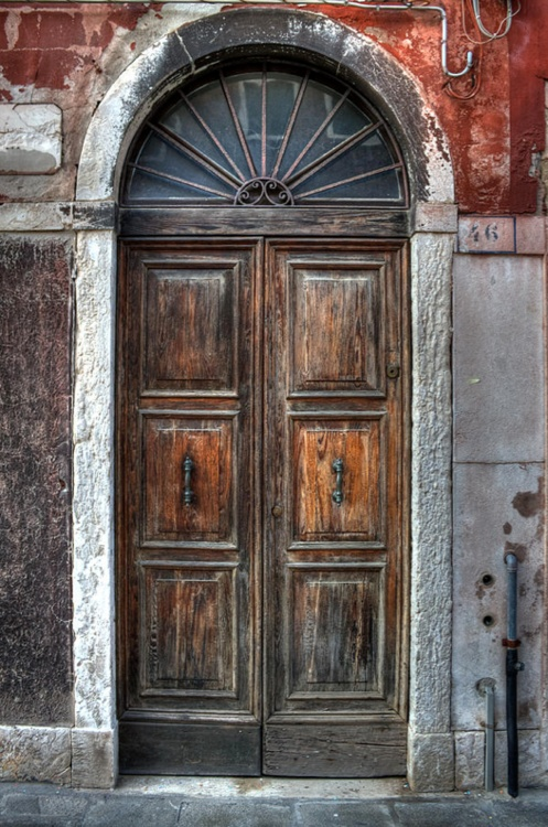 An old wooden door in Italy. By Joana Kruse