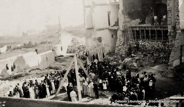 Reconstrucción de la Iglesia de los Trinitarios tras el incendio.  Bendición de la primera piedra el 15 de octubre de 1926 (Colección Trinitarios de Algorta) (ref. 01634)