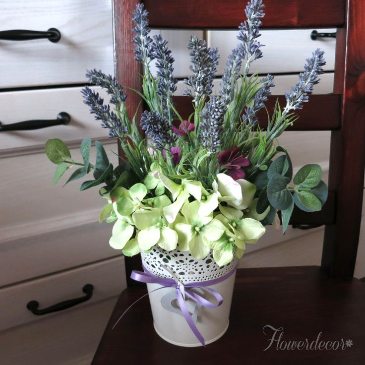 Levandulová Dekorace z velmi kvalitních umělých květin v bílém krajkovém plecháčku dozdobeným stužkou a dřevěným srdíčkem Dodá vašemu interiéru nádech Provence. Levandule a hortenzie jsou jako živé! Dozdobeno eukalyptem. Hodí se i na svatební stůl a vydrží Vám jako památka navěky. Mohu zajistit i více kusů, případně dotvořit ve stejném stylu i další ...