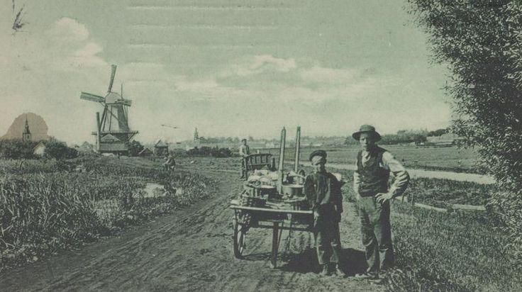 Een landschap bij de Kleiweg. Op de achtergrond links een molen en daarachter de toren van de Nederlandse Hervormde Grote Kerk. (datering: 1907, pbk 2005-598)