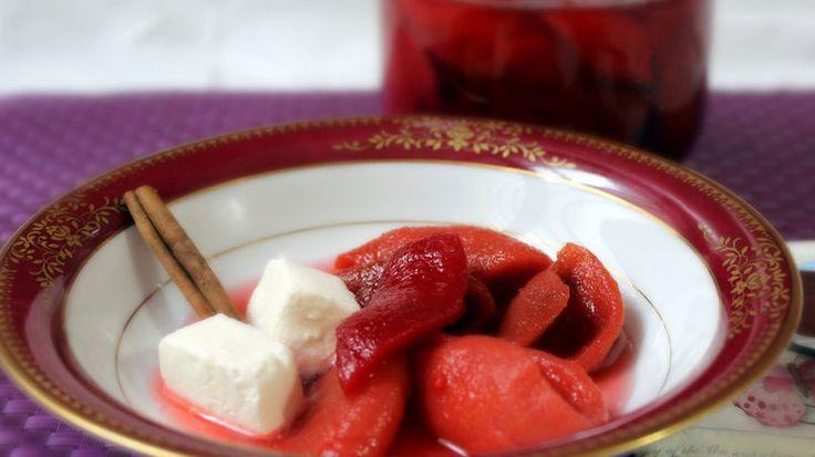 La guayaba es una fruta tropical, dulce y muy aromática. Con esta fruta se elaboran postres, dulces, jugos y concentrados para usarse como salsas en algunas recetas caribeñas. Pero como más disfruto la guayaba es en almíbar o pasta.   Comparto con ustedes la receta  de casquitos de guayaba, heredada  de la familia. Es un postre que no debe faltar en tu recetario para sorprender a tus familiares; disfrútalos con queso fresco o queso crema. Espero que se animen y la preparen para su familia.