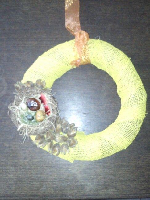 Strooien krans gele jute, vogelnestje eikel kastanje verguld noot mrt ijzerdraad of geplakt. Beukennootjes geprikt met steeltje.