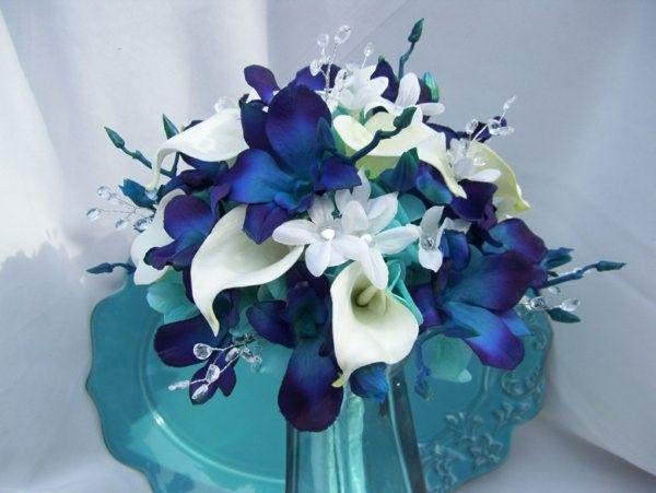 fantastique bouquet de mariée avec des orchidées bleues et de lys blancs