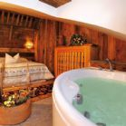 Camera Mansarda Wellness: un'atmosfera che combina l'antico dei vecchi fienili con il moderno della vasca idromassaggio, a vista in camera