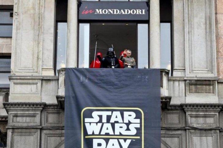<p>George Lucas nunca imaginó que una película de ciencia ficción se iba a transformar en el fenómeno de cultura popular que Star Wars es hoy en todo el mundo. De aquella trilogía fundacional que se volvió culto, a las polémicas precuelas de fines de los '90 y 2000, la saga galáctica -ya una franquicia global- sigue vigente con la nueva serie de filmes ya anunciados por Disney, el gigante dueña de los derechos.</p>