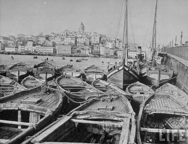 Haliç kıyısındaki balıkçı tekneleri, karşıda Galata Kulesi Istanbul Turkey