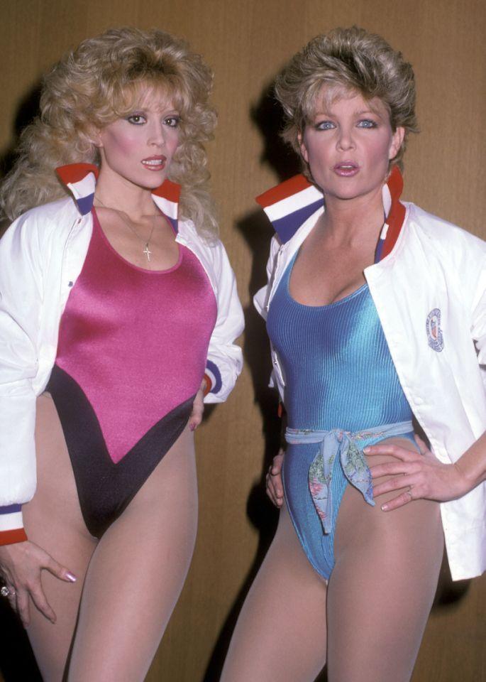 Não era essa a ideia de atlestismo da época ? Viver nos anos 80 significava que todos os dias pareciam um episódio de Miami Vice, por isso era normal para as atrizes Judy Landers e Lisa Hartman usar meias de lycra brilhantes sobre meias de nylon, além de maquiagem de cores pastel.