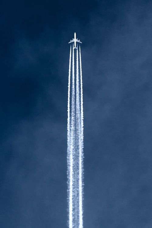 Stela dejada por un avion. La estela se produce como efecto de condensación y cristalización debido a la modificación de la presion en la corriente de aire... Que bonito!