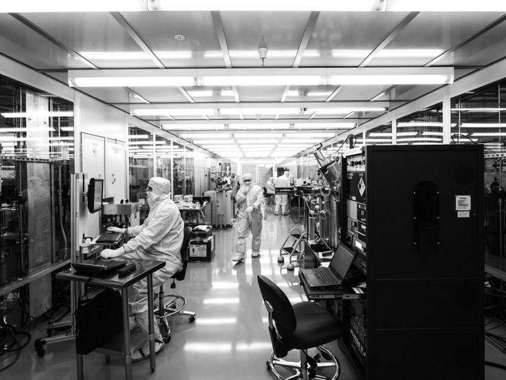 グーグルやIBMが激しい競争を繰り広げる量子コンピューティング産業に、社員数わずか80名の小さな企業「Rigetti」が参入した。お金も時間もかかるこの産業に小さな企業が参入するのは不利なことのように思えるかもしれないが、Rigettiは先  手のひらサイズの量子半導体を使って巨大なスパコン群よりも高度な演算能力が実現する。  グーグル、IBM、インテルと同様に、Rigettiは量子コンピューターが実現すればクラウドコンピューティング革命はまったく新しい次元に入ると主張する。量子プロセッサを積み込んだデータセンターを企業に貸し出すことで、化学プロセスや新薬設計をいまより早くできるようになったり、新しく強力な形態の機械学習を進めたりすることが自由にできるようになる。