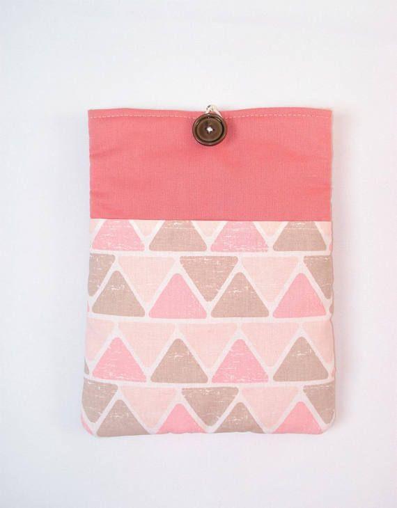Housse / pochette pour y ranger votre liseuse électronique et la protéger grâce à son rembourrage molletonnée Tissus 100 % coton: - extérieur: tissu géométrique pour la poche de devant + tissu rose saumon pour lextérieur - intérieur: tissu beige uni Cette pochette mesure 15