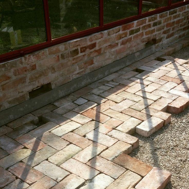 Tegelgolv på gång i växthus. Tegel återvunnit från ett gammalt 1800-talshus. Brickfloor