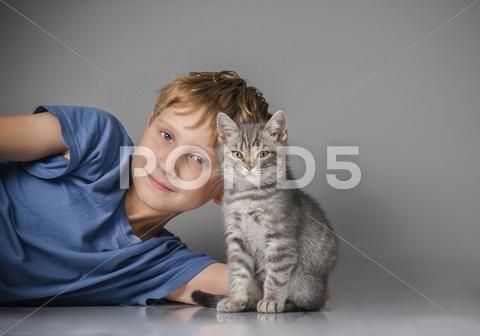 Happy child with kitten - Стоковые фотографии   by kulkann75