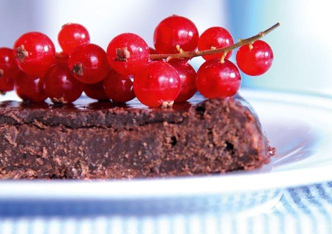 Chocolate Cake: 150 g butter, 150 g chocolate, 3 eggs, 2 dl erythritol, 1 tsp vanilla powder, 1 dl almond flour. Glace: 1 dl cream, 100 g chocolate