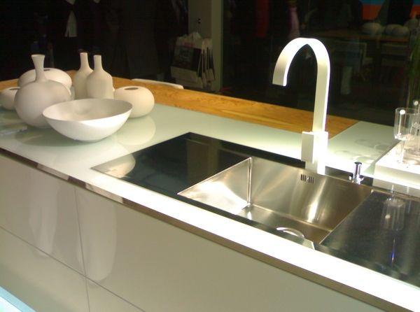 Piani di lavoro per cucine in ulivo e vetro  SFIDA: Realizzare dei piani di lavoro a pezzo unico di forma complessa, composto di diversi materiali spessore 12 mm., coniugando funzionalità, estetica calda e naturale.