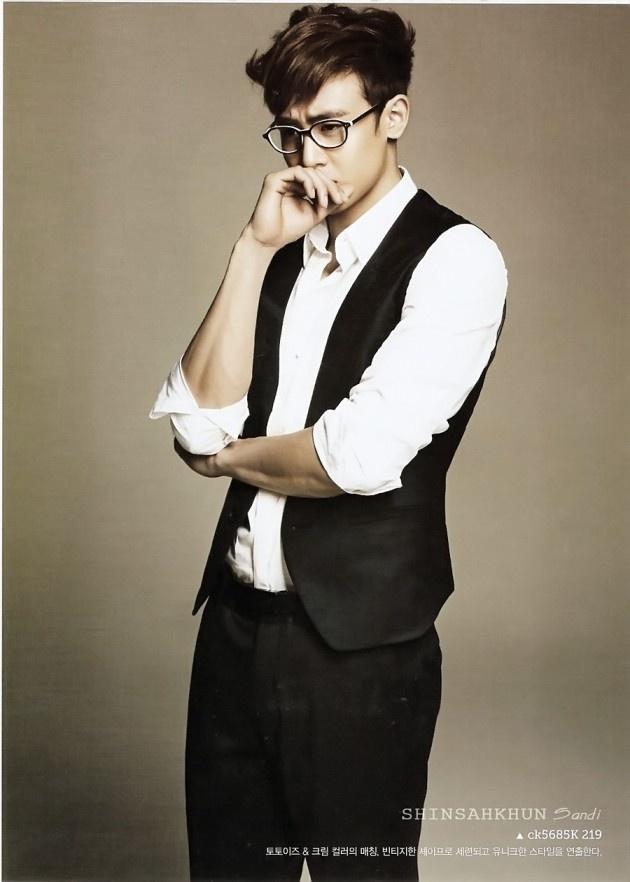 He looks so cute with glasses! Nichkhun :)