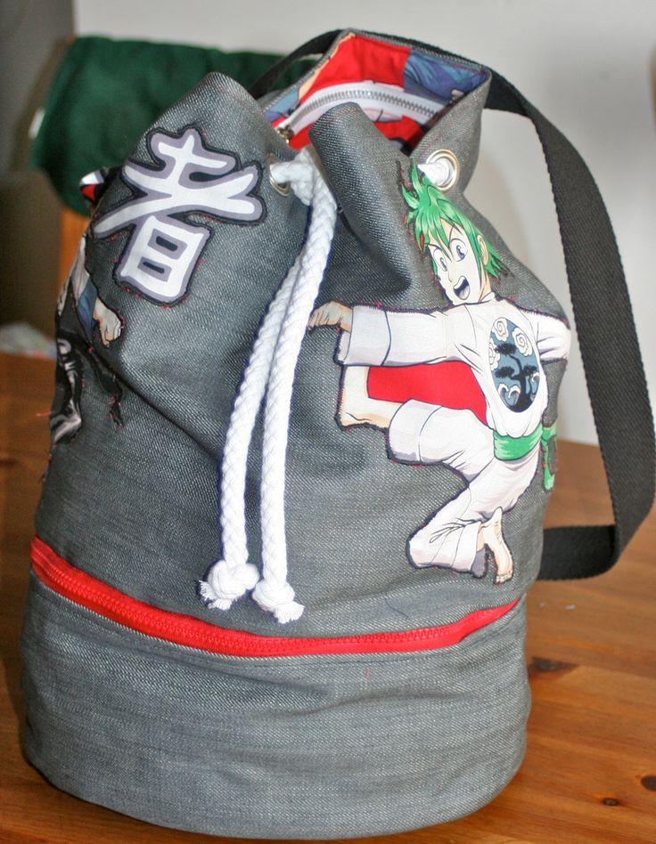 Un tuto pour un sac marin? Inutile, c'est trop fastoche! Oui, mais celui-ci a un compartiment bas et une poche intérieure, alors je me suis dit que ça pourrait quand même vous être utile. Le sac a été créé pour le judo, mais par exemple, pour un sac de...