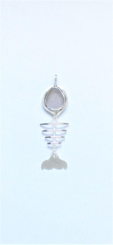 El vidrio de mar de lavanda es genuino. Se encontró en una playa de California y ningún conjunto de luneta trasera. El colgante está hecho a mano de Plaza & plata redonda de 1/2 hoja alambre y sterling que forma y textura. Medidas 5/8 x 2 pulgadas.  GN1445