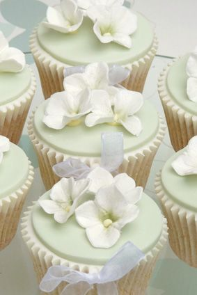 green with white hydrangea ~ delicate  ❀ ~  ◊  photo via  'rachelle's beautiful bespoke cakes' - uk
