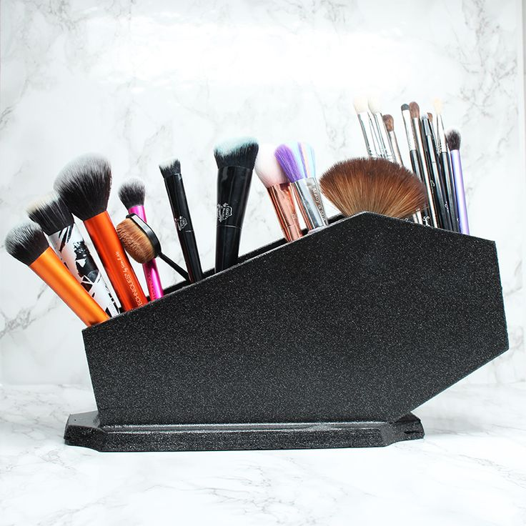 Must Have Vegan Makeup Brushes - I share my Top 10 Face brushes, top 10 eye brushes plus the top 10 vegan makeup brush brands to check out.