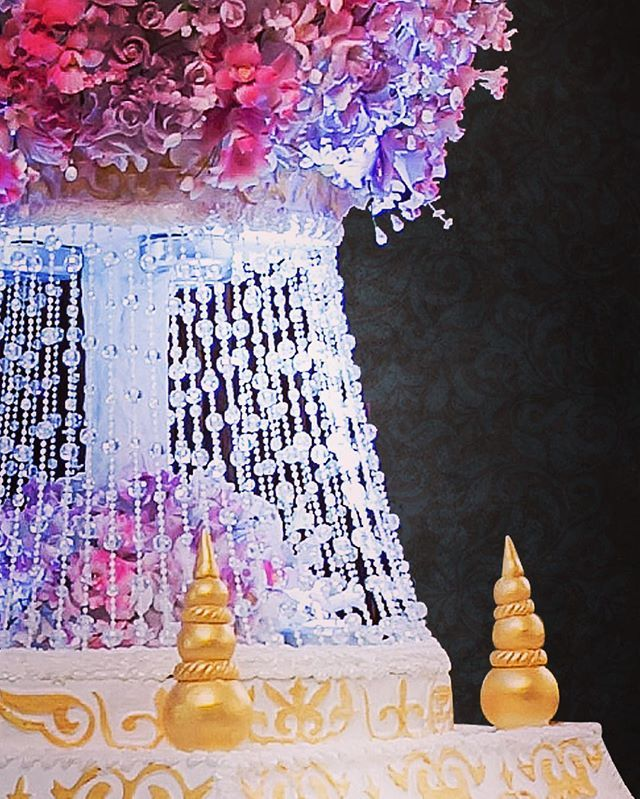 Фрагмент уникального торта на свадьбу #торт#тортик#цум#шоколад#wedding#weddingcake#chocolate#большиеторты#тортынасвадьбу#тортынапраздник#тортыназаказмосква#тортнаденьрождение#cake#cakes#cakeart#cakedecor#artcake#dubai#barviha#барвихаluxuryvillage#abudhabi#tsum#weddings#weddingday#эксклюзивныеторты#банкетныйзал#свадьба#luxurywedding#weddingplanner#decorwedding
