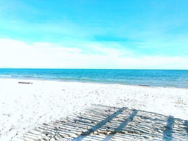 Ada tiga warna dalam poto ini biru, putih dan hitam. Birunya langit berbeda dengan birunya air laut, putihnya awan berbeda dengan putihnya pasir. Begitu pula dengan hitamnya bayangan berbeda dengan hitamnya @supriatnaa_ 😀😁 maaf ya pri. Edisi kangen sahabat ini. #latepost #kemalabeach
