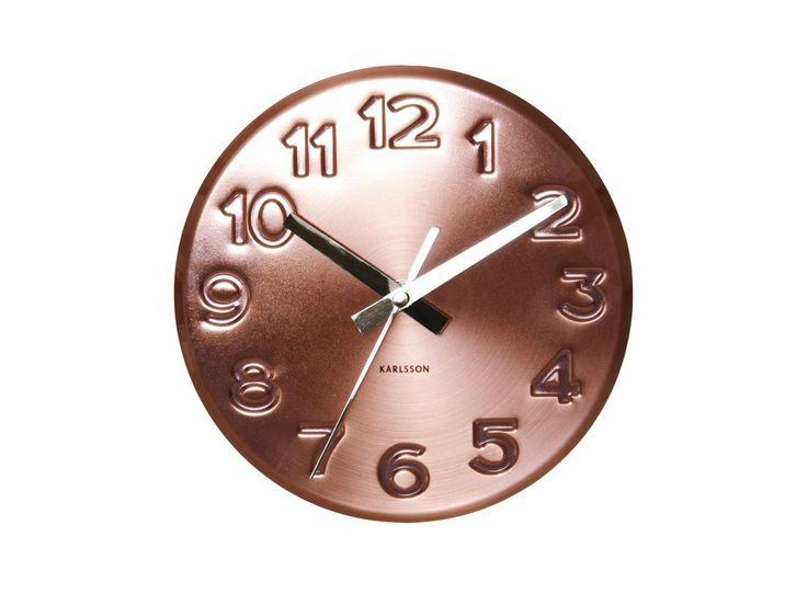 De Bold Engraved Numbers Copper wandklok van Karlsson is een klok met bijzondere nummers op de wijzerplaat. Door zijn koperkleurige uitvoering vallen de gegraveerde cijfers extra op. De klok ziet er, afhankelijk van hoe het licht erop valt, telkens weer anders uit. Deze klok is muisstil, want de secondewijzer tikt niet.  € 35,00   Materiaal: Staal Diameter:19 cm Weergave:analoog   Kleur wijzerplaat:Koper