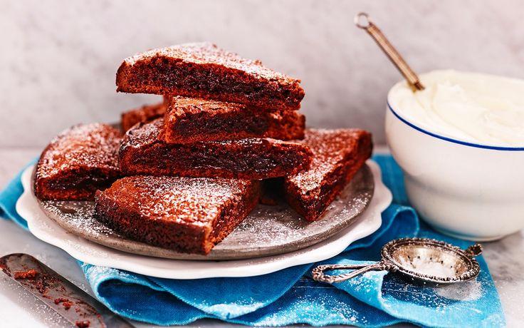 Recept på supergod och kladdig kladdkaka. Den är snabb och enkel att göra eftersom du rör ihop smeten direkt i kastrullen. Njut med vispad grädde eller glass.