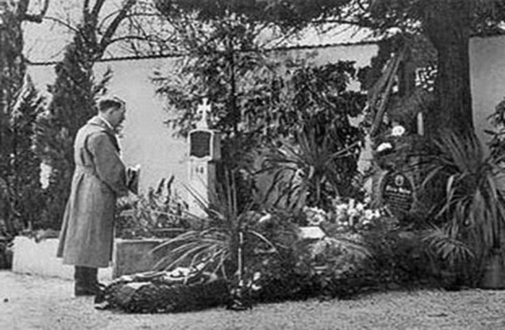 Adolf Hitler visita la tumba de sus padres (Alois Hitler y Klara Polzl) en Austria ciudad de Leonding. Año 1938